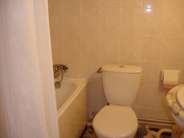 Salle de bains entièrement carrelé avec wc :