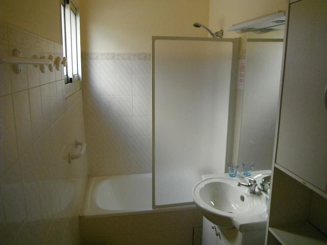Salle de bains attenante avec wc.